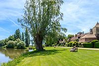France, Cher (18), Apremont-sur-Allier, labellisé Plus Beaux Villages de France, rue du village en bordure de l'Allier