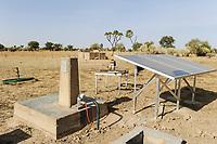 BURKINA FASO Dori, Photovoltaic panel for water pump in village / BURKINA FASO Dori, Nutzung von Photovoltaik fuer eine Wasserpumpe in einem Dorf