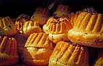 France, Alsace, Haut-Rhin, Gugelhupf, ring cake made of yeast dough, with raisins and almonds | Frankreich, Elsass, Haut-Rhin, Gugelhupf, Napfkuchen aus Hefeteig mit Rosinen und Mandeln