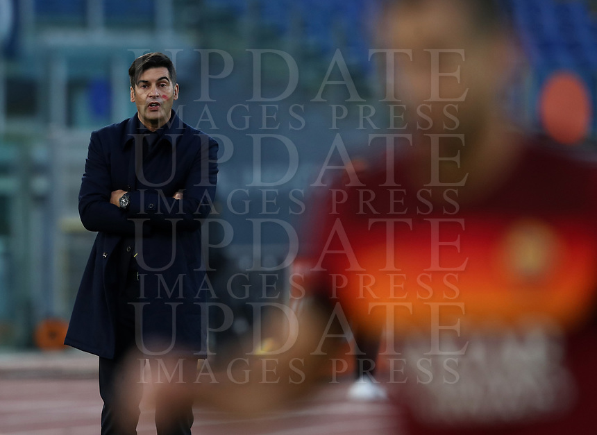 Football, Serie A: AS Roma - Parma, Olympic stadium, Rome, November 22, 2020. <br /> Roma's coach Paulo Fonseca (l) speaks to his players during the Italian Serie A football match between Roma and Parma at Rome's Olympic stadium, on November 22, 2020. <br /> UPDATE IMAGES PRESS/Isabella Bonotto