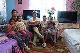Die Familie Borbel: Schwiegertochter und Grossmutter mit Kindern im Unterdorf von Rosia. /  Eine der 25 Waldorfschulen Rumäniens liegt in dem fast ausschließlich von Roma bewohnten Dorf Rosia in der Mitte des Landes. Anders als in Deutschland kommen die Schüler nicht aus bürgerlichen Familien, sondern meist aus einfachen Verhältnissen.