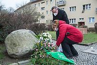 """Gedenken an Ehrenmord-Opfer Hatun Sueruecue in der Oberlandstrasse im Berliner Bezirk Tempelhof-Schoeneberg am Dienstag den 5. Februar 2021.<br /> Aufgrund der Corona-Pandemie fand das Gedenken nur im kleinen Kreis durch statt.<br /> Die 21jaehrige Deutsch-Kurdin wurde am 7.2.2005 von ihrer Familie ermordet, weil sie sich nicht an die """"traditionellen Familienwerte"""" halten und ein selbstbestimmtes Leben fuehren wollte. Sie hat gegen den Willen Ihrer Familie eine Ausbildung zur Elektroinstallatoerin gemacht hat und mit ihrem unehelichen Kind.<br /> Der Mord wurde in Abstimmung mit der Familie von ihren Bruedern durchgefuehrt, als Taeter wurde der damals minderjaehriger Bruder vorgeschickt. Zwei Brueder fluechteten in die Tuerkei.<br /> Imk Bild: Der Vorsteher der Bezirksverordnetenversammlung, Stefan Boeltes und die Bezirksbuergermeisterin Angelika Schoettler (beide SPD) legen einen Kranz der Bezierksverordnetenversammlung am Gedenkstein fuer Hatun Sueruecue nieder.<br /> 5.2.2021, Berlin<br /> Copyright: Christian-Ditsch.de"""