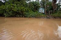 Pequena habitação ribeirinha.<br /> Área de Proteção Ambiental de Belém (APA-BELÉM) <br /> rio Aurá. <br /> Belém, Pará, Brasil<br /> Foto Paulo Santos<br /> 19/03/2013