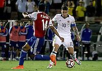 PASADENA - UNITED STATES, 08-06-2016: James Rodriguez (Der) jugador de Colombia (COL) disputa el balón con Paulo Da Silva (Izq) jugador de Paraguay (PAR) durante partido del grupo A fecha 2 por la Copa América Centenario USA 2016 jugado en el estadio Rose Bowl en Pasadena, California, USA. /  James Rodriguez (R) player of Colombia (COL) fights the ball with Paulo Da Silva (L) player of Paraguay (PAR) during match of the group A date 2 for the Copa América Centenario USA 2016 played at Rose Bowl stadium in Pasadena, California, USA. Photo: VizzorImage/ Luis Alvarez /Str
