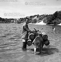 An der Lagoa do Abaete bei Salvador, Brasilien 1960er Jahre. At the Lagoa do Abaete near Salvador, Brazil 1960s.