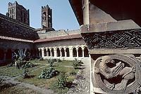 Europe/France/Languedoc-Roussillon/66/Pyrénées-Orientales/Elne: Eglise paroissiale Sainte-Eulalie-et-Sainte-Julies (XIème-XVème) - Le cloître vu de la galerie nord