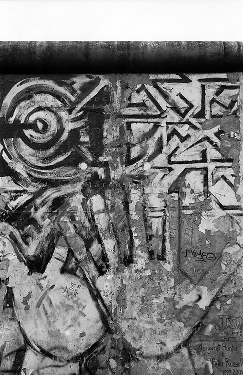 Berlino, resti del Muro (East Side Gallery). Mani --- Berlin, remains of the Wall (East Side Gallery). Hands