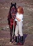 Spanien, Kanarische Inseln, Fuerteventura, junge Frau, rothaarig, steht neben ihrem Pferd | Spain, Canary Island, Fuerteventura, young woman, redheaded, with horse