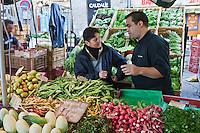 Europe/France/Bretagne/56/Morbihan/Vannes:  Thierry Séchelles - Restaurant Le Roscanvec  fait ses courses sur le marché - Place des Lices chez sa productrice bio: Betty Maheo - Agricultrice  bio - Les Bio de Baden Ferme Biologique