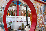 Malaysia, Pulau Penang, Georgetown: Circular doorway and Buddhas inside the Kek Lok Si Temple | Malaysia, Pulau Penang, Georgetown: Eingang zum Kek Lok Si Tempel