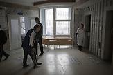 Fast täglich kommen Kranke aus den Dörfern des Umlandes,<br />um sich im zentralen Krankenhaus untersuchen zu lassen. Die<br />Tuberkulose kann sich in sehr unterschiedlichen klinischen<br />Verläufen manifestieren. In den meisten Fällen äußert sich die<br />Tuberkulose durch Fieber, Nachtschweiß und Gewichtsverlust,<br />weiters durch chronischen Husten, oft mit blutigem Auswurf<br />kombiniert. // Moldova is still the poorest country of Europe. Hopes to join the European Union are high. After progress in the past years tuberculosis is on the rise again. The number of new patients raise since 2010 and is on a level that has not been reached since the late 90s.