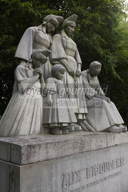 Europe/France/Bretagne/29/Finistère/Pont-l'Abbé: Le monument aux bigoudens, sculpté par François Bazin dans les années 20. Il représente la grand-mère, la mère, la sœur, la jeune fille et la petite fille inquiètes en pensant aux maris, fils et frères pris dans la tempête.