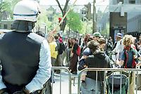 Photo d'archive de la police de Montreal -<br /> perimetre lors d'une manifestation<br /> a l'exterieur de l'hotel Sheraton durant la Conference de Montreal 2000<br /> <br /> PHOTO :  AGENCE QUEBEC PRESSE<br /> <br /> <br /> NOTE :  numerisation a refaire avec equipement moderne pour obtenir une meilleure qualite.