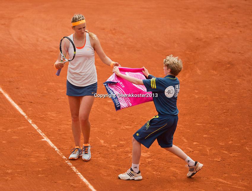 01-06-13, Tennis, France, Paris, Roland Garros, Victoria Azarenka receives a towel from a ballboy.