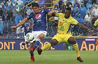 BOGOTÁ - COLOMBIA, 16-02-2019:Roberto Ovelar (Izq.) jugador de Millonarios disputa el balón con Victor Moreno (Der.) jugador del Atlético Huila  durante partido por la fecha 5 de la Liga Águila I 2019 jugado en el estadio Nemesio Camacho El Campín de la ciudad de Bogotá. /Roberto Ovelar (L) player of Millonarios  fights for the ball with Victor Moreno (R) player of Atletico Huila  during the match for the date 5 of the Liga Aguila I 2019 played at the Nemesio Camacho El Campin Stadium in Bogota city. Photo: VizzorImage / Felipe Caicedo / Staff.