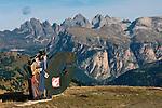 Italy, South Tyrol, Alto Adige, Dolomites, Val Gardena sign at Passo Sella mountain passroad, at background Le Odle mountains | Italien, Suedtirol, Dolomiten, Hinweisschild am Sellajoch, hier beginnt das Groednertal, im Hintergrund die Geislerspitzen
