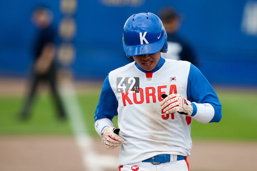 14 September 2009: Shortstop Boung-Gon Jeung of South Korea scores during the 2009 Baseball World Cup Group F second round match game won 15-5 by South Korea over Great Britain, in the Dutch city of Amsterdan, Netherlands.