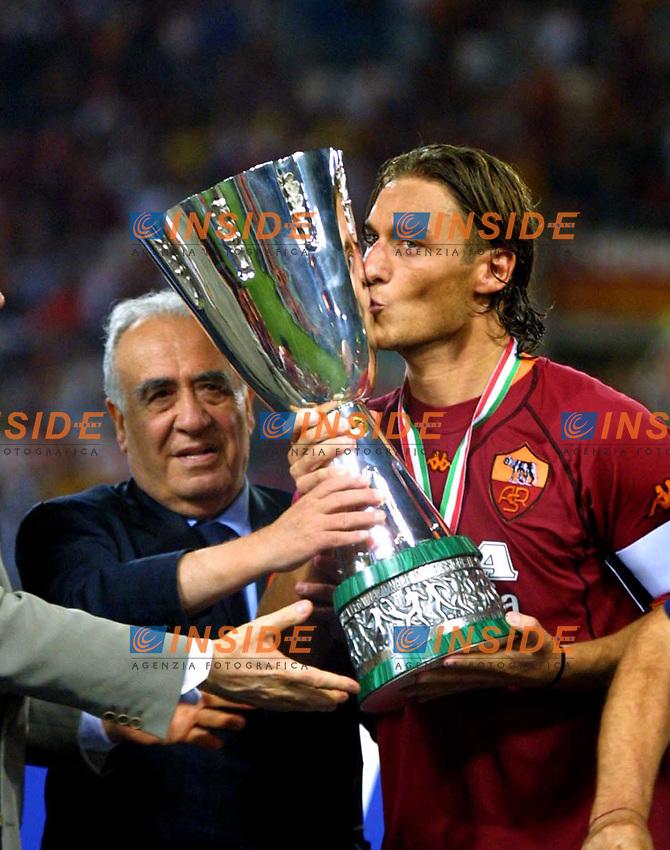 Roma 19/08/2001<br /> Supercoppa di Lega 2001<br /> Roma-Fiorentina 3-0<br /> Francesco Totti bacia la coppa al fianco del presidente Franco Sensi
