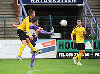 Sporting West Harelbeke - SCT Menen :<br /> Dylan Descheemaecker (R) sterker op de bal dan Niels Peers (L)<br /> <br /> Foto VDB / Bart Vandenbroucke