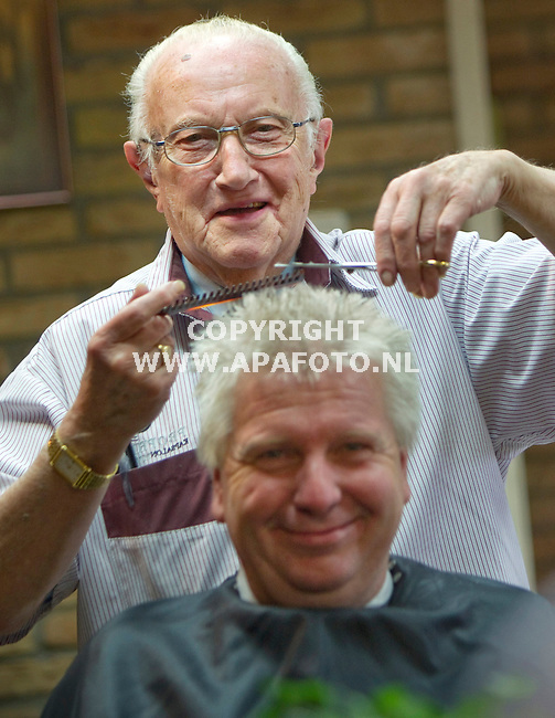 Otterlo, 100611<br /> De 90-jarige Gerrit Prophitius is 75 jaar kapper, <br /> Foto: Sjef Prins - APA Foto
