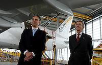 Pressekonferenz und Eröffnungszeremonie der Zusammenarbeit von DHL und Lufthansa Cargo als AeroLogic - Luftfracht Air Cargo Post - mit 8 Boeing 777 (B777F) wird begonnen -  im Bild: Frank Appel ( DHL Deutsche Post) und Wolfgang Mayrhuber (Deutsche Lufthansa) vor der neuen AeroLogic Boeing 777 . Foto: Norman Rembarz..