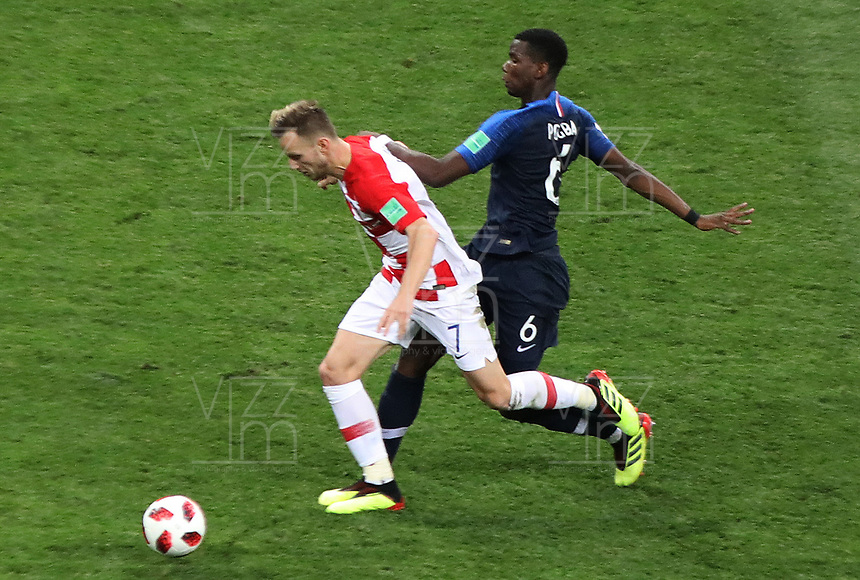 MOSCU - RUSIA, 15-07-2018: Paul POGBA (Der) jugador de Francia disputa el balón con Ivan RAKITIC (Izq) jugador de Croacia durante partido por la final de la Copa Mundial de la FIFA Rusia 2018 jugado en el estadio Luzhnikí en Moscú, Rusia. / Paul POGBA (R) player of France fights the ball with Ivan RAKITIC (L) player of Croatia during match of the final for the FIFA World Cup Russia 2018 played at Luzhniki Stadium in Moscow, Russia. Photo: VizzorImage / Cristian Alvarez / Cont
