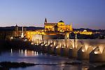 Puente Romano und Mezquita im Hintergrund, Cordoba (Stadt), Andalusien, Spanien