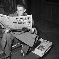 """Janvier 1957. Portrait de Jean Kaczmarek, joueur du Toulouse Football Club lisant le journal """"Toulouse Football"""""""