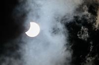 São Paulo (SP), 14/12/2020 - Eclipse Solar - Aconteceu nesta segunda-feira (14) o Eclipse Parcial Solar, quando a Lua, para determinadas regiões da superfície da Terra, não encobre totalmente o disco da Fotosfera Solar, provocando apenas uma parcialidade. Imagem vista no bairro da Vila Mariana, zona sul da capital paulista.