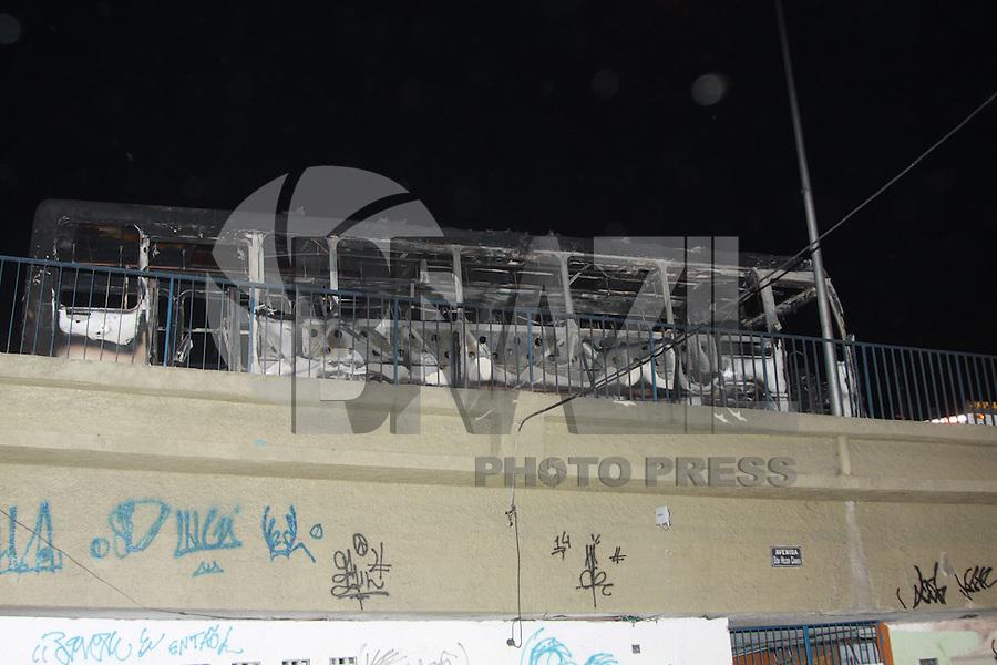 RIO DE JANEIRO, RJ, 17.08.2015 - PROTESTO-RJ - Moradores da comunidade de Bandeira II realizam protesto depois que um morador foi atingido por uma bala perdida em Del Castilho na região norte do Rio de Janeiro nesta segunda-feira, 17. Um ônibus foi parcialmente incendiado. (Foto: Celso Barbosa/Brazil Photo Press)