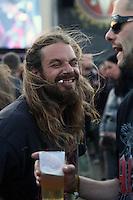 18. With Full Force .Das With Full Force (kurz WFF) ist ein Musikfestival für Metal, Hardcore und Punk. Jährlich findet es am ersten Juliwochenende auf dem Segelflugplatz Roitzschjora bei Löbnitz statt. 2010 waren es  um die  30.000 Besucher. Impressionen des ersten Festivaltags mit zum Beispiel Bring Me The Horizon, Agnostic Front, Bullet for My Valentine und Millencolin. .Im Bild: Typische Festivalbesucher, im Hintergrund spielt die US-amerikanische Hardcore-Punk -Band Agnostic Front. .Foto: Karoline Maria Keybe