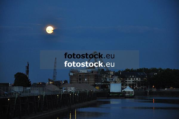 Vollmond über dem Hafenbecken der Nordmole in Mainz