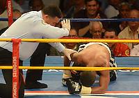 BARRANQUILLA-COLOMBIA- 24-10-2014. Darleys Pérez (fuera de cuadro), boxeador colombiano, con nocaut en el sexto asalto, retiene su título mundial interino del peso ligero de la AMB ante el venezolano Jaider Parra (en el piso), en pelea realizada este viernes por la noche en el coliseo de la Universidad del Norte de Barranquilla, en el marco de la velada 'Nocaut a las drogas'./ Darleys Perez (out the frame), Colombian boxer with knockout in the sixth assault, retains its interim world lightweight title WBA against Venezuelan Jaider Parra (on the floor), in a fight on Friday night at the Coliseum at the University of North, as part of the evening 'Knock on drugs'. Photo: VizzorImage/Alfonso Cervantes/STR