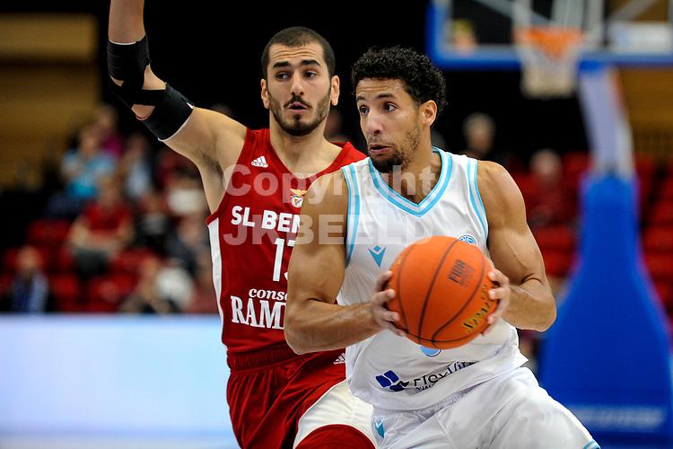 GRONINGEN - FIBA Basketbal-bubbel. finale, Donar - Lisboa Benfica seizoen 2021-2022, 01-10-2021, Donar speler Leon Williams met Benfica speler Diogo Gameiro