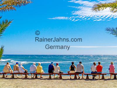 Spanien, Kanarische Inseln, Teneriffa, Playa de las Americas: Paare auf einer langen Bank   Spain, Canary Islands, Tenerife, Playa de las Americas: couples on a bench