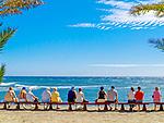 Spanien, Kanarische Inseln, Teneriffa, Playa de las Americas: Paare auf einer langen Bank | Spain, Canary Islands, Tenerife, Playa de las Americas: couples on a bench