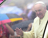 Papa Francesco saluta i fedeli al suo arrivo all'udienza generale del mercoledi' in Piazza San Pietro, Citta' del Vaticano, 24 settembre 2014.<br /> Pope Francis waves to faithful as he arrives for his weekly general audience in St. Peter's Square at the Vatican, 24 September 2014.<br /> UPDATE IMAGES PRESS/Isabella Bonotto<br /> <br /> STRICTLY ONLY FOR EDITORIAL USE