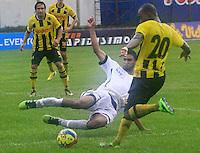 FLORIDABLANCA -COLOMBIA, 08-09-2013.  Fredy Machado (D) del Alianza Patrolera disputa el balón con Jhonny Meza (I) del Itaguí durante partido válido por la séptima fecha de la Liga Postobón II 2013 jugado en el estadio Álvaro Gómez Hurtado en la ciudad de Floridablanca./ Alianza Patrolera Player Fredy Machado (R) fights for the ball with Itagui player Jhonny Meza (L) during match valid for the 7th date of the Postobon  League II 2013 played at Alvaro Gomez Hurtado stadium in Floridablanca city. Photo: VizzorImage / Jaime Moreno / STR