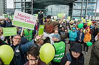 """Proteste linker und feministischer Gruppen gegen den Aufmarsch von ca. 3.500 rechtskonservativen Lebensschuetzern, welche mit einem """"Marsch fuer das Leben"""" gegen Frauenrechte, gegen das Recht auf Abtreibung und Sterbehilfe durch Berlin demonstrierten.<br /> Es kam zu Versuchen der rechten Aufmarsch zu blockieren.<br /> Im Bild: Gegendemonstranten ist es gelungen ziwshcne die Lebensschuetzer zu gelangen.<br /> 22.9.2018, Berlin<br /> Copyright: Christian-Ditsch.de<br /> [Inhaltsveraendernde Manipulation des Fotos nur nach ausdruecklicher Genehmigung des Fotografen. Vereinbarungen ueber Abtretung von Persoenlichkeitsrechten/Model Release der abgebildeten Person/Personen liegen nicht vor. NO MODEL RELEASE! Nur fuer Redaktionelle Zwecke. Don't publish without copyright Christian-Ditsch.de, Veroeffentlichung nur mit Fotografennennung, sowie gegen Honorar, MwSt. und Beleg. Konto: I N G - D i B a, IBAN DE58500105175400192269, BIC INGDDEFFXXX, Kontakt: post@christian-ditsch.de<br /> Bei der Bearbeitung der Dateiinformationen darf die Urheberkennzeichnung in den EXIF- und  IPTC-Daten nicht entfernt werden, diese sind in digitalen Medien nach §95c UrhG rechtlich geschuetzt. Der Urhebervermerk wird gemaess §13 UrhG verlangt.]"""
