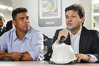 RECIFE, PE, 05 DE MARÇO 2013 - COPA 2014 - VISTORIA ARENA PERNAMBUCO - O prefeito do Recife Geraldo Julio ao lado do Ronaldo Nazario em coletiva durante vistoria da FIFA a Arena Pernambuco, estadio que sediará  jogos da Copa do Mundo de 2014 na cidade de São Lourenço da Mata região metropolitana do Recife, nesta terça-feira, 05. FOTO LÍBIA FLORENTINO - BRAZIL PHOTO PRESS