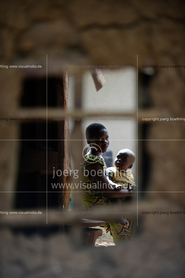 KENYA, Kisumu County, Kaimosi, young mother with child / KENIA, junge Mutter mit Kind