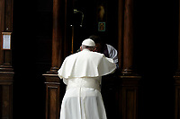 Pope Francis confesses during the Liturgy of Penance in St. Peter Basilica at Vatican on March 9, 2018.<br /> UPDATE IMAGES PRESS/Donatella Giagnori/Pool<br /> STRICTLY ONLY FOR EDITORIAL USE