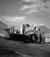 Am Brunnen in San Antonio am Lago Atitlan, Guatemala 1970er Jahre. At the village well of San Antonio near Lake Atitlan, Guatemala 1970s.