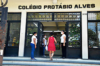 PORTO ALEGRE, RS, 23/01/2021 - PROVA - ENEM 2021 - Correria de última hora dos candidatos antes dos portões fecharem durante a realização da segunda prova do ENEM 2021, no Colégio Protásio Alves, em Porto Alegre, neste domingo (24)