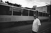 berlino, quartiere mitte. alexanderplatz. un ragazzino in attesa del tram --- berlin, mitte district. alexanderplatz. a kid waiting for the tram