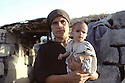 Irak 1991  Kala Diza: une femme et son enfant devant leur maison en ruines   Iraq 1991 Kala Diza: A woman and her baby in front their home in ruins