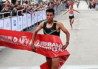 BOGOTA - COLOMBIA - 05-03-2017: Yerson Yuhuan Orellana Porras, de Peru, con un tiempo de 00:28:22 se impuso en la quinta versión del Avianca RunTour 2017, cerca de 10000 atletas de Kenia, Ecuador, Perú, Paraguay, Guatemala y Colombia. Participaron, por las calles de Bogota. Avianca impulsado a promover el atletismo como deporte universal, al tiempo contribuye a la salud de los niños de escasos recursos económicos que requieren atención medica y quirúrgica especializada, es asi como Avianca entrega a la Fundacion Cardio Infantil los dineros recaudados para la dotación de la Unidad de Cuidados Intensivos de Neonatos. / Yerson Yuhuan Orellana Porras of Peru, with a time of 0:28:22 won in the fifth version of Avianca RunTour 2017, nearly 10,000 athletes from Kenya, Ecuador, Peru, Paraguay, Guatemala and Colombia. They participated, through the streets of Bogota. Avianca, promoted to promote athletics as a universal sport, at the same time contributes to the health of children with limited economic resources who require specialized medical and surgical care, so Avianca delivers to the Funduacion Cardio Infantil the monies collected for the Unit's endowment Of Neonates Intensive Care.Photo: VizzorImage / Emiro Mejia  / Cont.