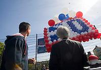 22-4-09, Den Haag, Opening 50e Krajicek Foundation playground, Richard Krajicek en Burg. Aartsen van Den Haag(r) laten balonnen op als opening van het 50e playground.