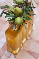 Afrique/Afrique du Nord/Maroc/Province d'Agadir/Tighanimine Elbaz: Bouteilles d' Huile d'Argan artisanale et affiache,fruit de l'arganier, dont la noix sert à préparer l'huile, de la Coopérative féminine de Tighanimine Elbaz