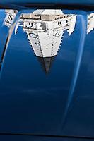 Europe/France/Poitou-Charentes/17/Charente-Maritime/Ile de Ré/Ars-en-Ré:  -Reflet du  clocher  de l' Église Saint-Étienne sur le capot d'une Jaguar, le clocher peint en noir et blanc, sert d'amer pour les marins<br /> Plus beaux Villages de France